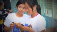Shwe-Job-workers-downloading-app-600x336